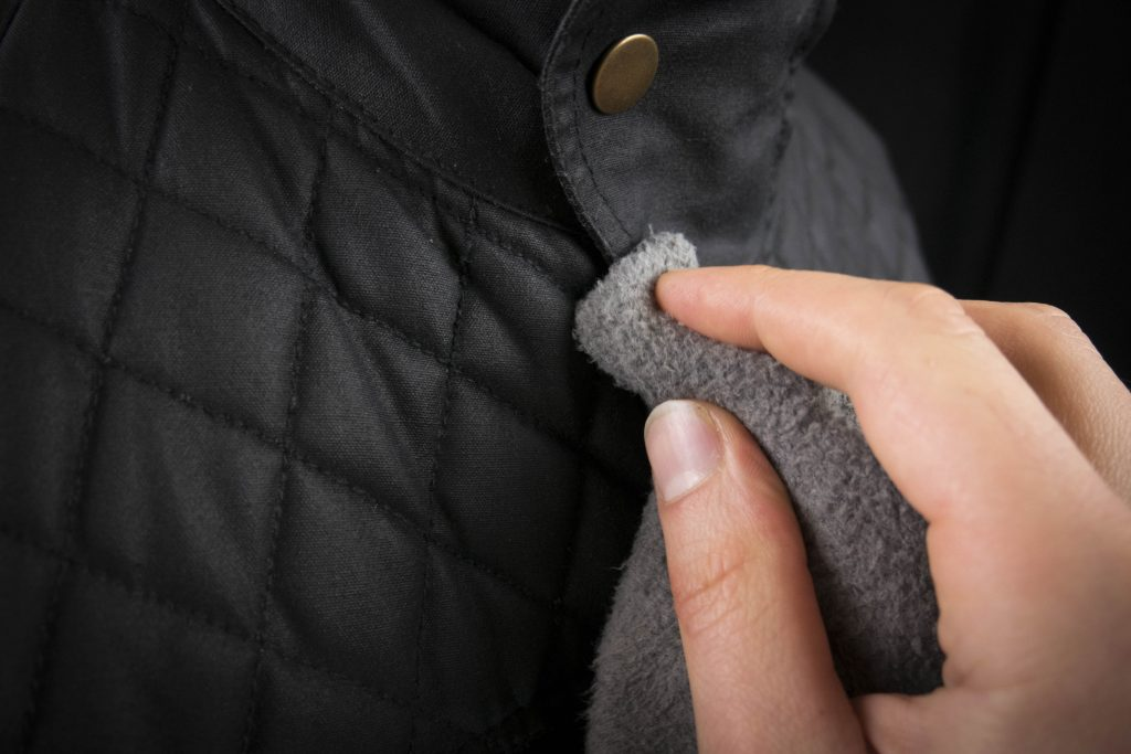 application wax cotton sur tout le blouson ou veste moto