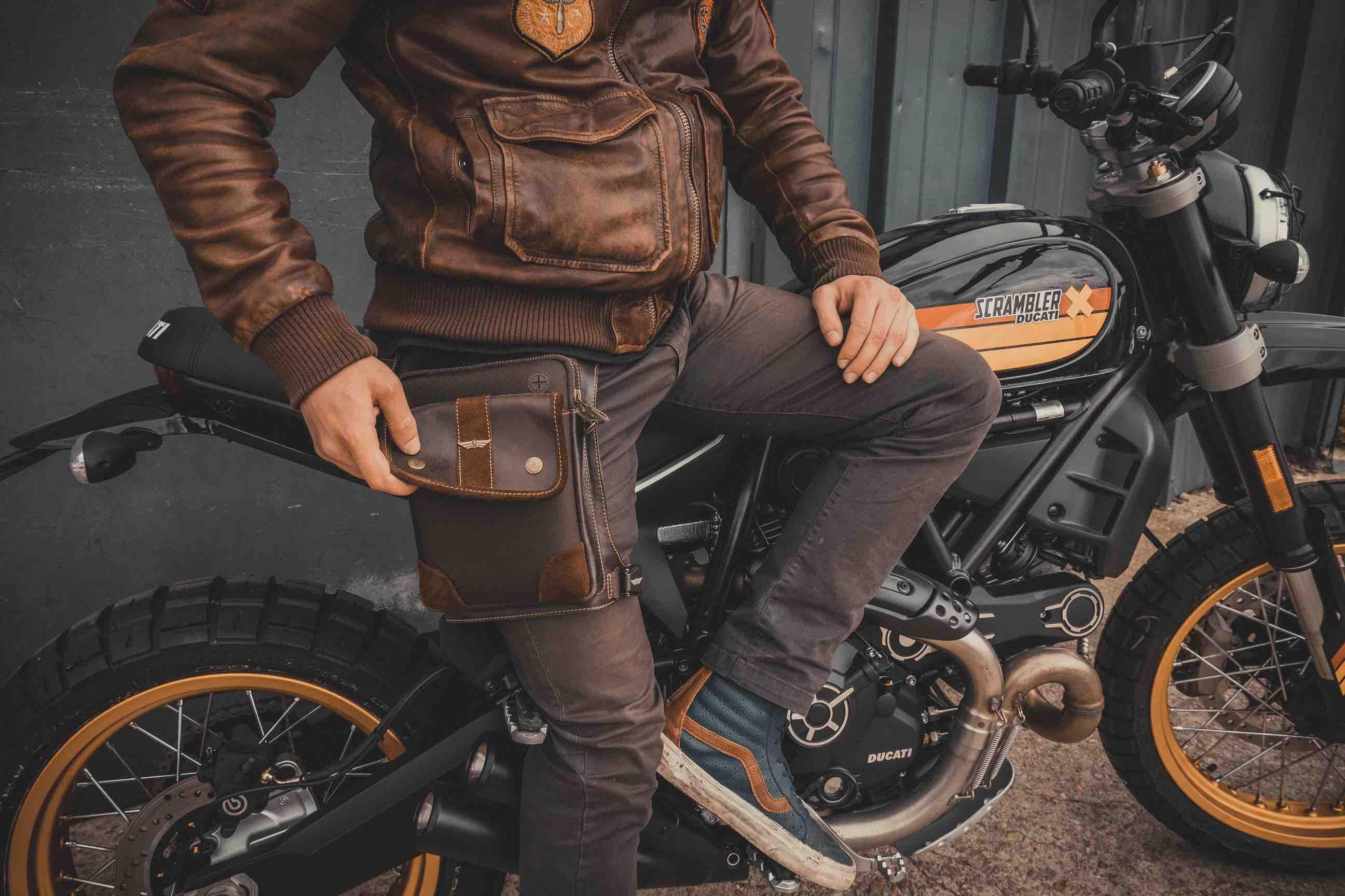 sacoches vintages en cuir moto café racer