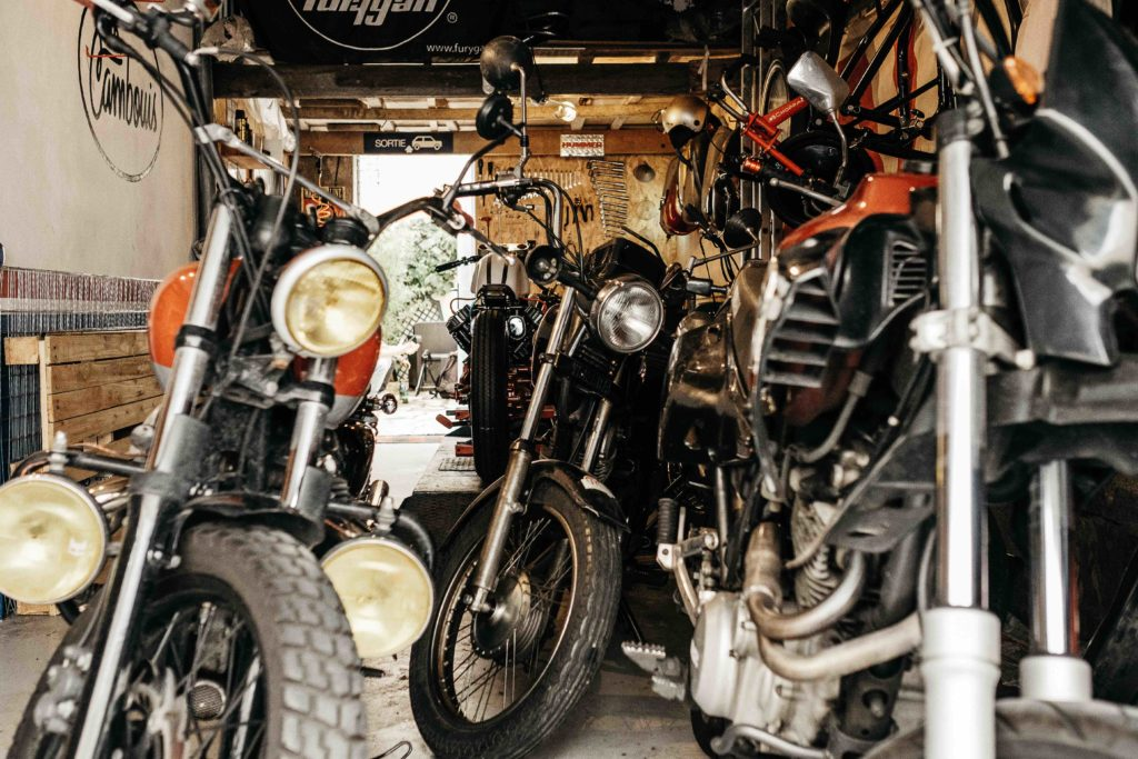 moto scrambler au garage