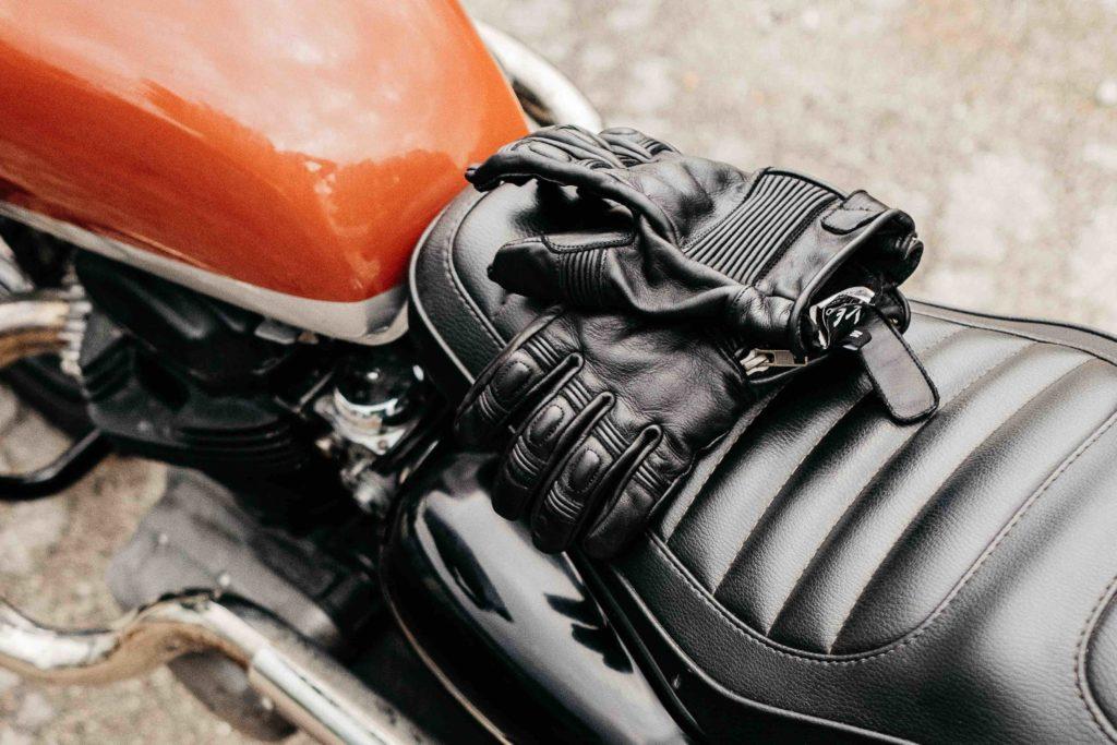 scrambler et gant moto